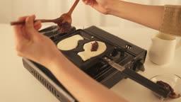 겨울음식 붕어빵 밀가루 반죽 위 팥을 올리는 모습