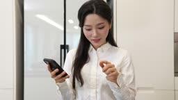홈메이드 밀키트 간편식 스마트폰 하면서 내용물 확인하는 젊은여자 모습