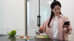 홈메이드 밀키트 간편식 스마트폰 하면서 요리하는 젊은여자 모습