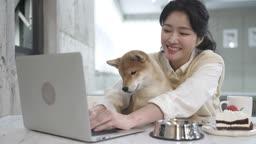 애견카페 강아지와 함께 노트북하며 여유를 즐기는 견주 젊은여자 모습