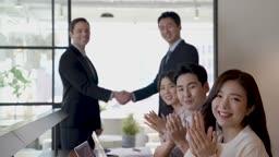 비즈니스 외국 바이어와 악수하는 비즈니스맨과 박수치는 직원들 모습