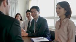 비즈니스 외국 바이어와 악수하는 비즈니스맨과 직원들 모습