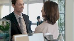 비즈니스 외국 바이어와 대화 나누는 비즈니스우먼 모습
