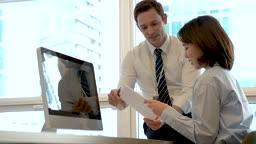 비즈니스 외국 바이어와 업무 대화 나누는 비즈니스우먼 모습