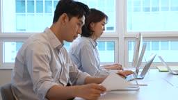 비즈니스 노트북 열심히 업무보는 비즈니스맨과 비즈니스우먼 모습