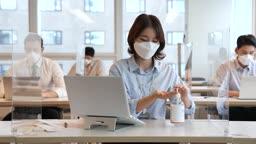비즈니스 코로나바이러스 마스크 착용하고 손 소독제로 소독하는 비즈니스우먼 모습