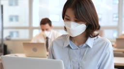 비즈니스 코로나바이러스 마스크 착용하고 업무보는 비즈니스우먼과 비즈니스맨 모습