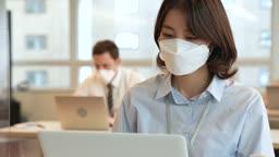 비즈니스 코로나바이러스 마스크 착용하고 창밖 바라보는 비즈니스우먼과 업무보는 비즈니스맨 모습