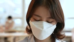 비즈니스 코로나바이러스 마스크 착용하고 업무보는 비즈니스우먼 모습