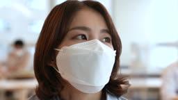 비즈니스 코로나바이러스 마스크 착용하고 창밖 바라보는 비즈니스우먼 모습