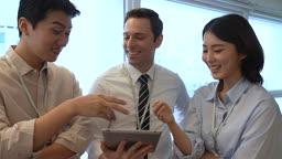 비즈니스 외국 바이어와 업무 대화 나누는 비즈니스맨과 비즈니스우먼 모습