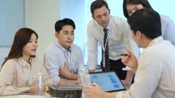비즈니스 업무 설명하는 비즈니스맨과 경청하는 직원들 모습