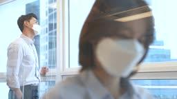 비즈니스 코로나바이러스 마스크 착용하고 업무보는 비즈니스우먼과 창밖 바라보는 비즈니스맨 모습