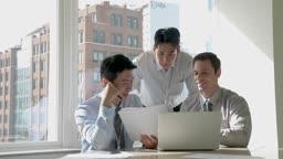 비즈니스 외국인 바이어와 업무 회의하는 비즈니스맨 모습