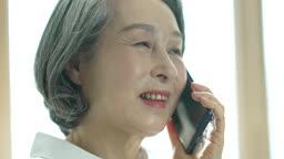 실버서퍼세대 스마트폰으로 통화하는 노년층여자 모습