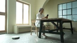 실버서퍼세대 의자에 앉아 스마트폰 사용하는 노년층여자 모습