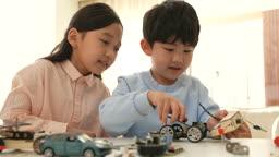 미래의 어린이 태양열 자동차 조립하는 초등학생 모습