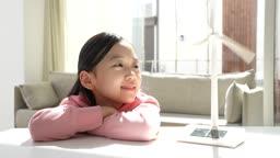 미래의 어린이 풍력발전기 모형 쳐다보는 초등학생 모습