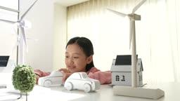 미래의 어린이 자동차 모형 가지고 노는 초등학생 모습