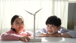 미래의 어린이 태양열 풍력발전기 모형 쳐다보는 초등학생 모습