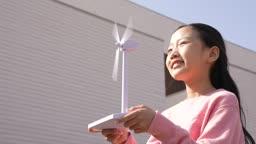 미래의 어린이 풍력발전기 모형을 손에 들고 있는 초등학생 모습