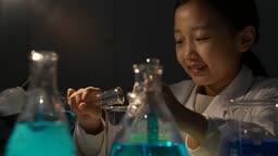 미래의 어린이 파란색 액체를 비커에 옮겨담는 초등학생 모습