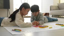 미래의 어린이 크레파스로 도화지에 색칠하는 초등학생 모습