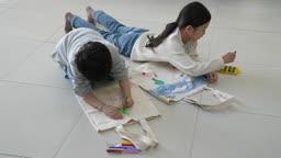 미래의 어린이 크레파스로 가방에 그림 그리는 초등학생 모습