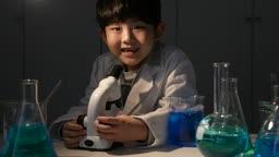 미래의 어린이 과학 실험 도구들 앞에서 웃는 초등학생 모습
