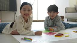 미래의 어린이 그림 그리기 도구와 웃는 초등학생 모습