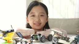 미래의 어린이 태양열 자동차 조립 키트 앞에서 웃는 초등학생 모습
