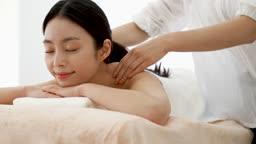 뷰티 에스테틱 마사지 베드에 누워 마사지 받고 있는 젊은여자 모습