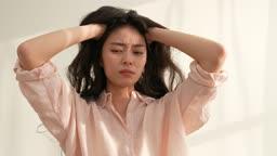 탈모 스트레스 받아하는 젊은여자 모습