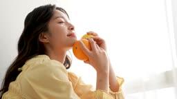 라이프스타일 과일 들고 포즈 취하는 젊은여자 모습