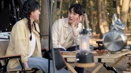 차박캠핑 의자에 앉아 대화나누는 젊은남자와 젊은여자 모습