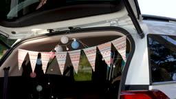 차박캠핑 차 안에 엎드려 태블릿 사용하는 젊은남자와 젊은여자 모습