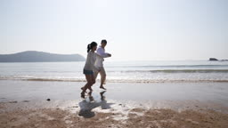 커플 손잡고 해변가를 달리는 젊은남자와 젊은여자 모습