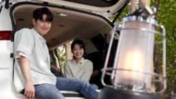 차박캠핑 차 안에서 웃는 젊은남자와 젊은여자 모습