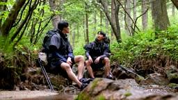 백팩킹 계곡 바위에 앉아 휴식을 취하는 젊은남자 모습