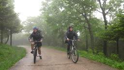 백팩킹 MTB 자전거를 타고 언덕을 올라가는 젊은남자 모습