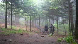 백팩킹 MTB 자전거를 끌고 등산하는 젊은남자 모습