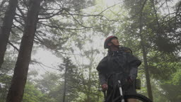 백팩킹 MTB 자전거 산 속 자연을 힐링하는 젊은남자 모습