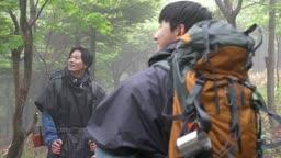 백팩킹 등산하다 산 속 자연을 힐림하는 젊은남자 모습