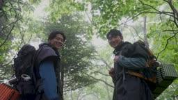백팩킹 등산하다 카메라 응시하며 미소짓는 젊은남자 모습