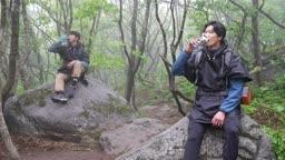 백팩킹 등산하다 휴식을 취하며 물을 마시는 젊은남자 모습