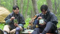 백팩킹 등산하다 휴식을 취하며 전투식량 취식하는 젊은남자 모습