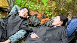 백팩킹 등산하다 누워 휴식을 취하는 젊은남자 모습