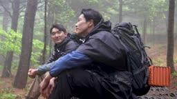 백팩킹 등산하다 앉아 휴식을 취하는 젊은남자 모습