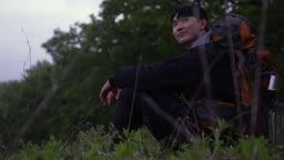 백팩킹 강원도 강릉시 안반데기 자연 속 휴식을 취하는 젊은남자 모습