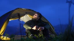 백팩킹 캠핑 강원도 강릉시 안반데기 저녁에 휴식을 취하는 젊은남자 모습
